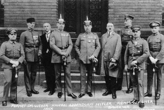 Bundesarchiv_Bild_102-00344A,_München,_nach_Hitler-Ludendorff_Prozess.jpg